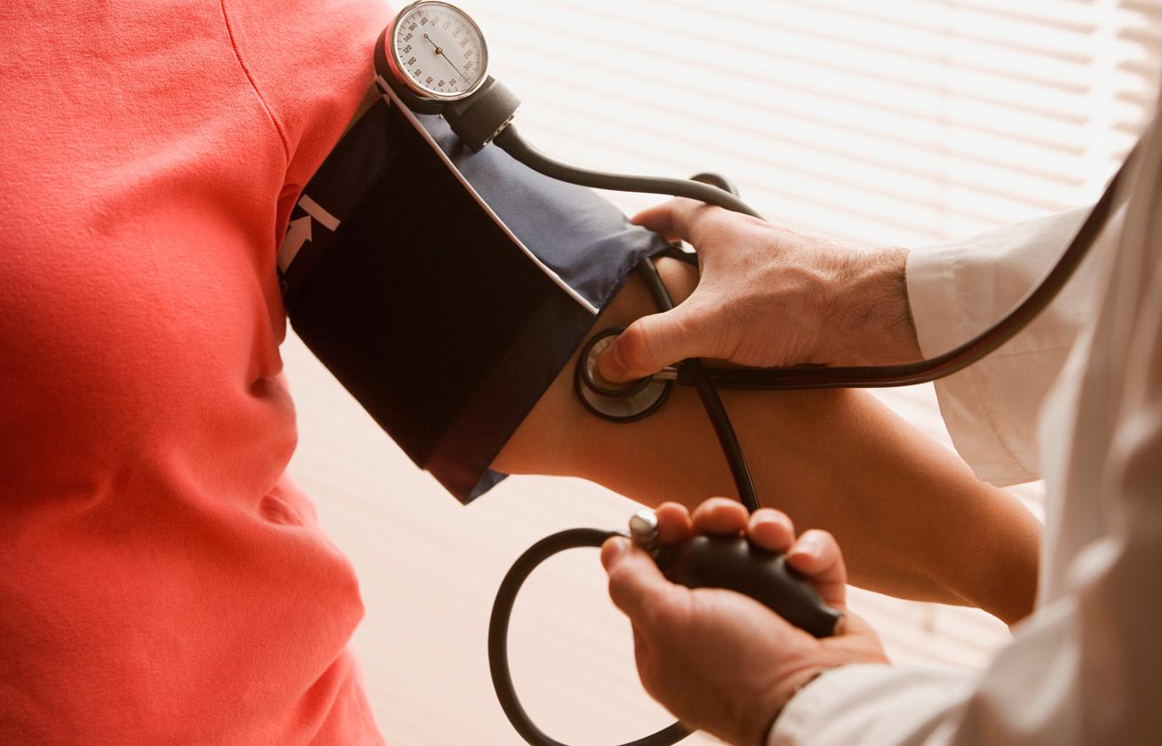 különbség a magas vérnyomás és a magas vérnyomás között