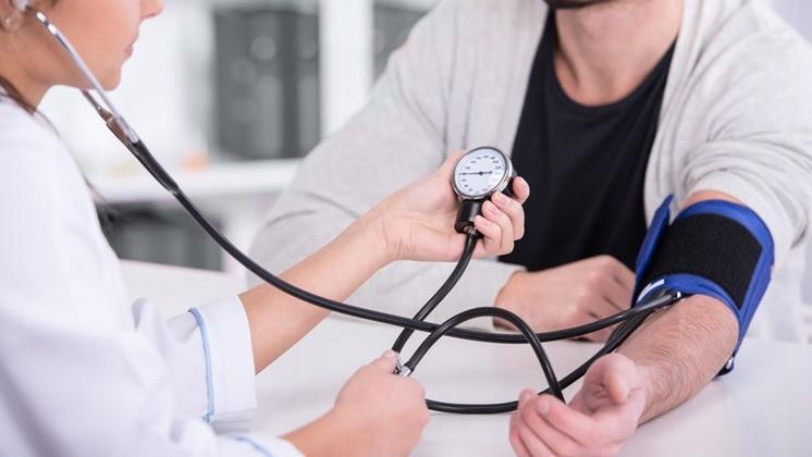 magas vérnyomás kórtörténete hogyan befolyásolja a magas vérnyomás a pulzust