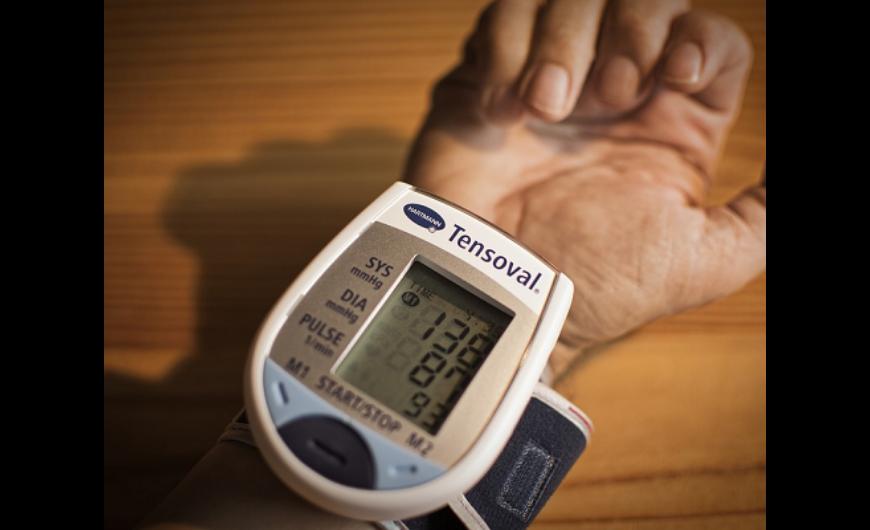 a családban a férj és a feleség magas vérnyomásban szenved gyakorolja a magas vérnyomást időskori videóban